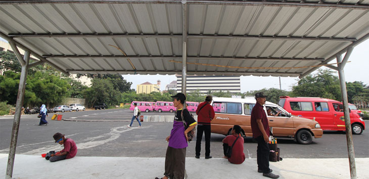 Sejumlah pengemudi angkot saat menunggu dan menurunkan penumpang di Terminal Kota Depok, Jalan Margonda Raya.