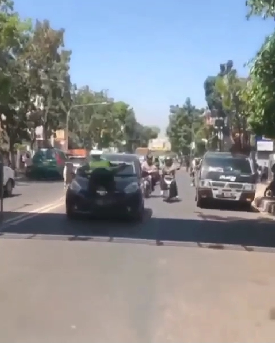 Viral pengendara mobil tak mau ditilang polisi