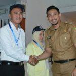 Wabup Kuningan saat bersalaman dengan peserta. Ahmad/pojokjabar