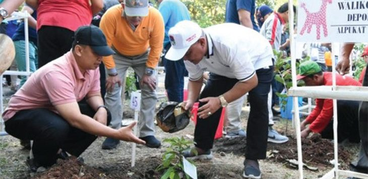 Walikota Depok, Mohammad Idris (kanan) didampingi Kepala BKPSDM Supian Suri (kiri) menanam tiga tanaman khas Depok saat Asosiasi Pemerintah Kota Seluruh Indonesia (Apeksi) XIV 2019, Semarang, kamis (4/7/19).