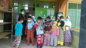Anak-anak di Pantai Pelangi Karawang terpaksa pakai masker akibat tumpahan minyak (ega)