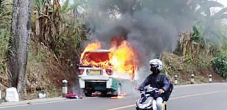 Angkot jurusan Warungkiara-Cibadak terbakar di Jalan Raya Perintis Kemerdekaan, tepatnya di Kampung Ciangsana I, RT 3/4, Desa Sukamulya, Kecamatan Cikembar, senin (12/8/19).