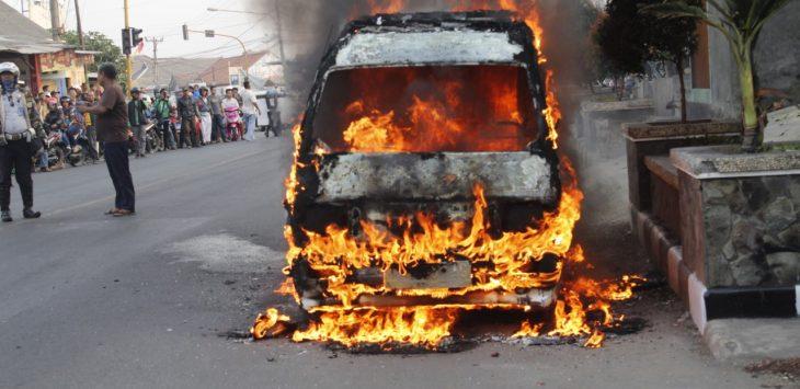Angkot terbakar di Purwakarta, Jumat (23/8/2019)./Foto: Istimewa