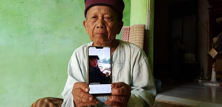 Ayah Carmi, Ilyas, menunjukkan foto anaknya./Foto: Kirno