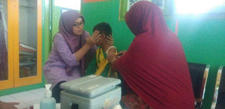 Petugas Dinas Kesehatan Kabupaten Cirebon mengimunisasi siswa SD di Wilayah Kedawung. Ist/pojokjabar