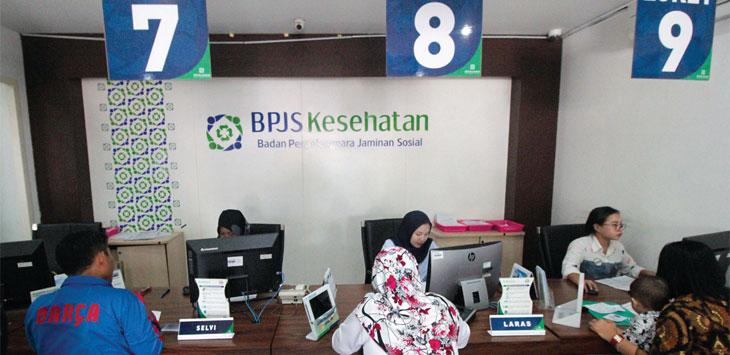 Petugas memberikan pelayanan di Kantor BPJS Kesehatan Kota Depok di Jalan Margonda Raya. Radar Depok