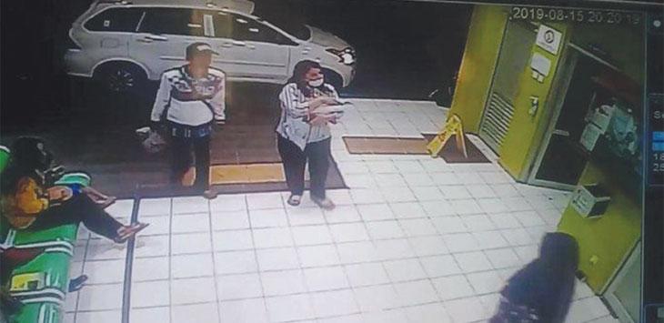 Layar tangkap rekaman cctv pria dan wanita yang membawa bayi hingga meninggal di RSUD Kota Depok.