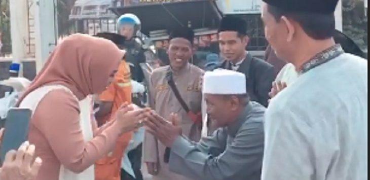 Bupati Karawang Cellica Nurrachadianan usai  melaksanakan Salat Ied./Foto: Istimewa