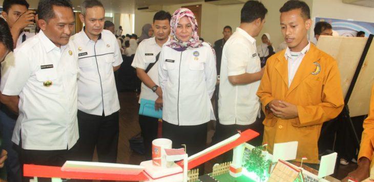 Sekda Kabupaten Cirebon meninjau hasil kreativitas pelajar. Kirno/pojokjabar
