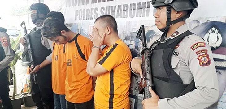Seorang pria berinisial AAJ (44) warga Nanggeleng, Kota Sukabumi yang merupakan pelaku penggelapan mobil, saat menutup mukanya dengan kedua tangannya, karena malu saat konfrensi pers di bundaran Sukaraja, selasa (13/8/19).