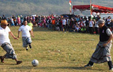 Gubernur Jabar Ridwan Kamil main bola pakai sarung di Purwakarta (ist)