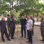 Sekretaris Daerah (menunjuk) beserta Dinas Lingkungan Hidup, Bappelitbangda, Disbudparpora dan DPKPP mengecek kesiapan Hutan Kota Sumber. Ghofar/pojokjabar