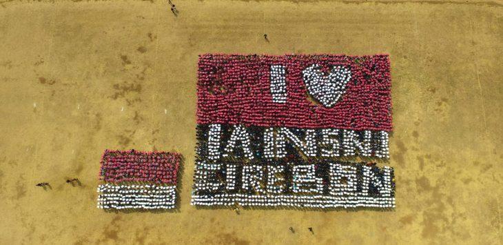 Mahasiswa baru IAIN Syekh Nurjati Cirebon saat membentuk sebuah tulisan I Love IAIN SNJ Cirebon di stadion Bima Kota Cirebon. Ist/pojokjabar