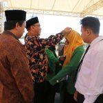 Rektor IAIN Syekh Nurjati Cirebon Dr H Sumanta M.Ag, saat simbolis memberikan kartu pengenal PBAK kepada mahasiswa baru. Alwi/pojokjabar