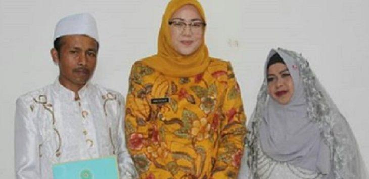Bupati Purwakarta Anne Ratu Mustika bersama peserta Isbat Nikah di Purwakarta, Jumat (9/8/2019)./Foto: Istimewa