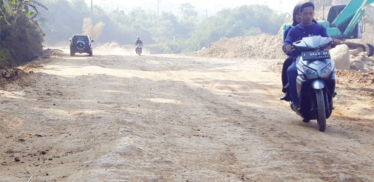 Jalan Militer mengalami kerusakan struktur akibat aktivitas proyek pengerjaan kereta cepat.