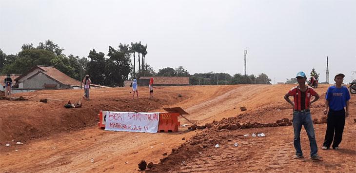 Jalan Masjid RW2, Kelurahan Rangkapanjaya, Kecamatan Pancoranmas,sempat di blokir pihak pengembang Tol Desari dan menuai protes warga, selasa (13/8/19).