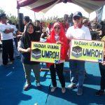 Affiati (kerudung merah) memberikan grand prize hadiah utama umroh kepada peserta jalan santai bareng Affiati. Ist/pojokjabar