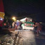 KRL commuterline berhenti tepat di depan angkot mogok di Kebon Pedes (bogor24update)