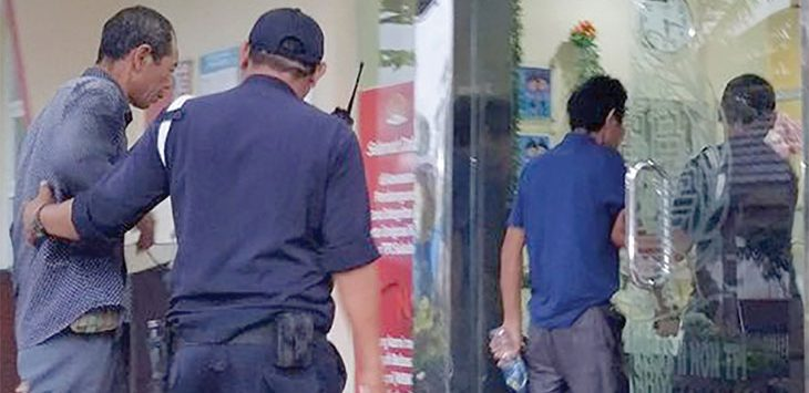 Sejumlah WNA Cina digiring petugas ke ruangan di Kantor Imigrasi, Sukabumi.
