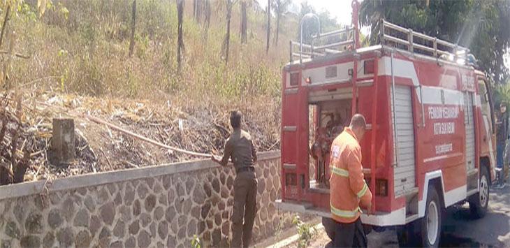Petugas Pemadam kebakaran BPBD Kota Sukabumi saat memadamkan api dilokasi kebakaran lahan.