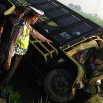 Petugas Satlantas Polres Cirebon tunjukan mobil yang terjadi insiden. Kirno/pojokjabar