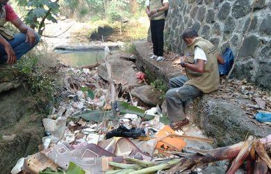 Kondisi sampah-sampah di sekitar Kali Cipakancilan Bogor