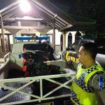 Anggota lakalantas Polres Cirebon evakuasi kendaraan korban lakalantas. Humas Polres Cirebon