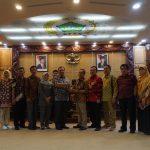 DPRD Kabupaten Cirebon dan DPRD Kota Surabaya tuker cinderamata. Ist/pojokjabar