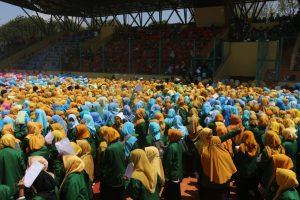 Ribuan mahasiswa IAIN Syekh Nurjati Cirebon saat mengikuti PBAK di stadion Bima, Kota Cirebon. Alwi/pojokjabar