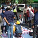Mahasiswa Unjuk Rasa di Kantor KPU Kota Bekasi