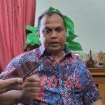 Ketua DPRD Kabupaten Cirebon, H Mustofa SH saat memberikan keterangan kepada wartawan. Ghofar/pojokjabar