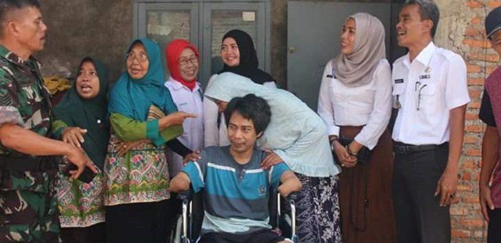 Opi Setiawan mendapatkan bantuan kursi roda dari Pemkab Karawang, Rabu (14/8/2019)./Foto: Ega