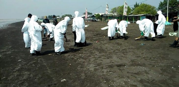 Pembersihan Pantai Pelangi Karawang dari tumpahan minyak  beberapa waktu lalu. (ega)