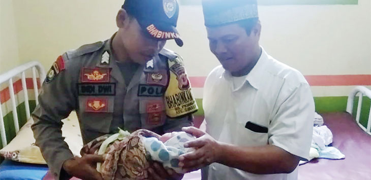Anggota Polsek Sukalarang bersama warga saat mengevakuasi bayi perempuan yang ditemukan di pematang sawah, tepatnya di Kampung Cipetir, Desa Prianganjaya, Kecamatan Sukalarang.