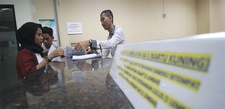 Warga saat melengkapi data untuk pembuatan AK 1 (kartu kuning) di Ruang Pelayanan, Balaikota Depok, Senin (12/8/19).