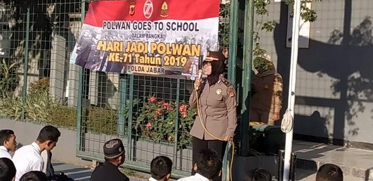 Polwan Polda Jabar sosialisasi bahaya narkoba di SMKN 4 Bandung, Senin (19/8/2019)./Foto: Arief