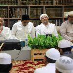 Putra Mbah Maimoen mengapit Habib Rizieq saat keluarga besar Mbah Moen silaturahmi ke kediaman HRS (ist)