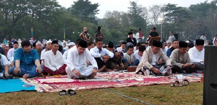 Gubernur Jabar Ridwan Kamil dan Mantan Sekda Jabar Iwa Karniwa Shalat Id di Lapangan Gasibu./Foto: Rmol