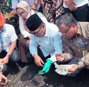 Ridwan Kamil memeriksa minyak tumpah di Laut Karawang (ega)