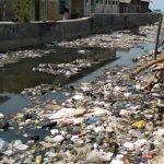Sampah di aliran Sungai Cidahu