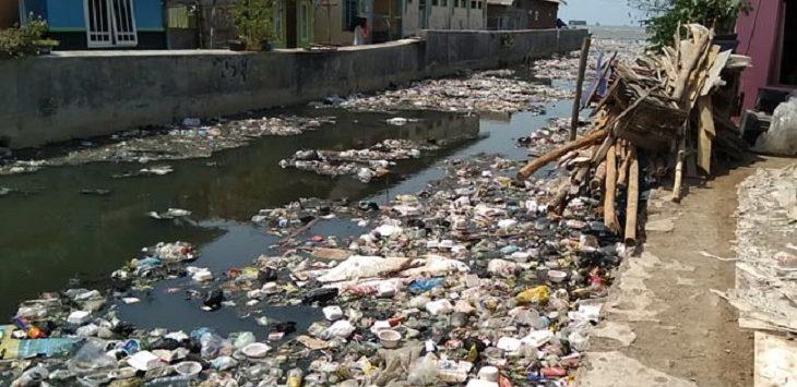 Sampah di aliran Sungai Cidahu./Foto: Rmol