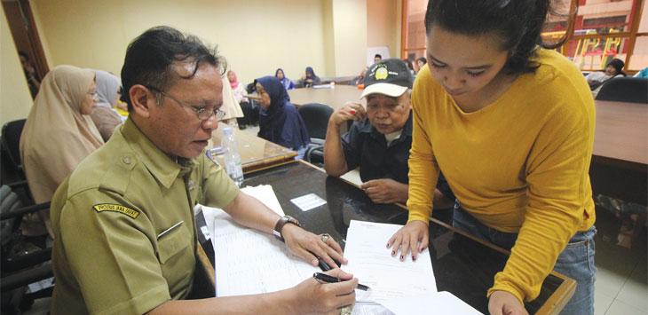 Warga saat melakukan verifikasi data kematian sanak saudaranya di Ruang Rapat Lt.1, Gedung Baleka 2, Balaikota Depok, Senin (12/8/19).