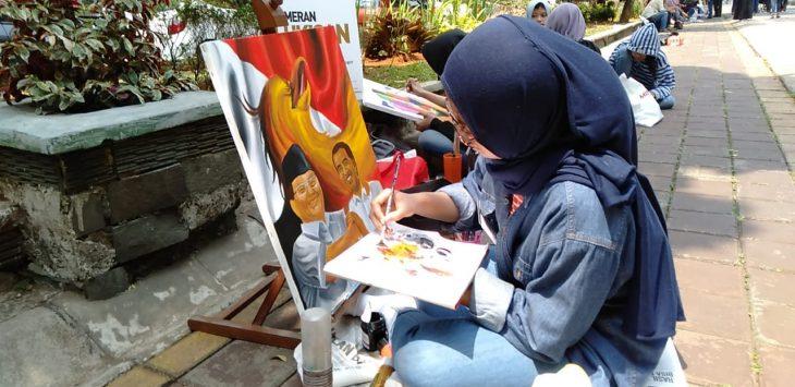Siswi SMA yang melukis Prabowo-Jokowi di Pedestrian Kebun Raya Bogor (KRB) (adi)