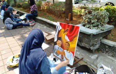 Siswi SMA yang melukis Prabowo dan Jokowi di Pedestrian Kebun Raya Bogor (KRB) (adi)