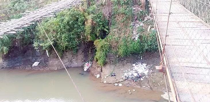 Tumpukan sampah nampak di bantaran Sungai Cimandiri perbatasan Desa Parakanlima, Kecamatan Cikembar dan Desa Tanjungsari, Kecamatan Jampangtengah.