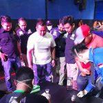 Petugas gabungan tengah melakukan tes urine terhadap pengunjung tempat hiburan malam. Ist/pojokjabar