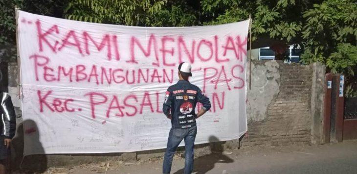 Warga membentangkan spanduk tanda penolakan kecamatan nya dijadikan TPAS. Ist/pojokjabar
