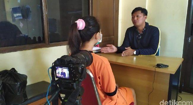 Vina Garut saat diwawancarai wartawan salah satu media online (dtc)