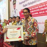 Plt Bupati Cirebon memberikan penghargaan kepada wajib pajak. Ghofar/pojokjabar